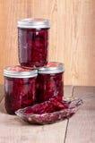 Remolachas conservadas en vinagre en tarros y cuenco Imagen de archivo libre de regalías