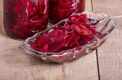 Remolachas conservadas en vinagre en tarros y cuenco Foto de archivo