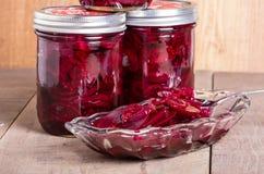 Remolachas conservadas en vinagre en tarros y cuenco Foto de archivo libre de regalías