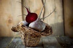 Remolachas frescas en una cesta Foto de archivo libre de regalías