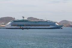 Remolcador en barco de cruceros a través de la bahía imagen de archivo