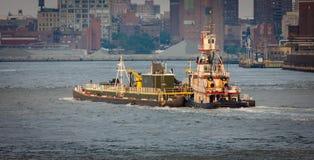 Remolcador en East River, Nueva York. foto de archivo