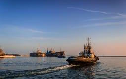 Remolcador en el puerto Foto de archivo