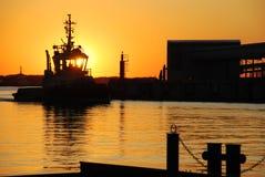Remolcador en la puesta del sol Fotos de archivo libres de regalías