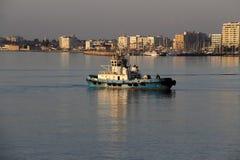 Remolcador en puerto del ` s de Larnaca October-12-2017 Imagenes de archivo