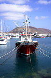 Remolcador en puerto deportivo Foto de archivo