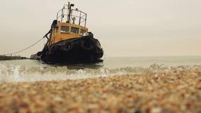 Remolcador viejo oxidado en el mar en el embarcadero almacen de metraje de vídeo