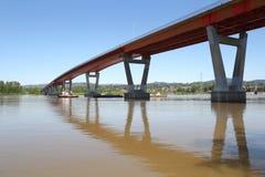 Remolcador y lancha a remolque, puente de la misión, río de Fraser Fotos de archivo libres de regalías
