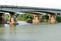 Remolcando el barco, para arrastrar el cargo a lo largo del río imagen de archivo