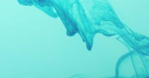 Remolino marino de la tinta azul en agua azul en la cámara lenta 60fps Imagenes de archivo