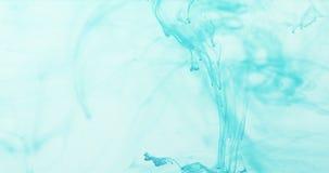 Remolino marino de la tinta azul en agua azul en la cámara lenta 60fps Fotos de archivo