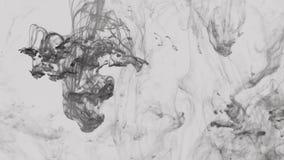 Remolinos líquidos gris oscuro y negros metrajes