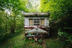 Remolque abandonado en el bosque, en el Shenandoah Valley rural, Foto de archivo