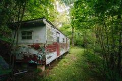 Remolque abandonado en el bosque, en el Shenandoah Valley rural, Imagenes de archivo