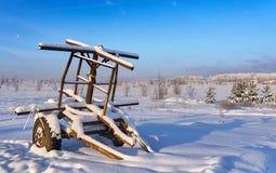 Remolque abandonado en la nieve Fotografía de archivo libre de regalías