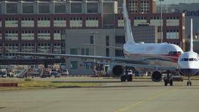 Remolque de Airbus A330 de China Eastern Airlines metrajes