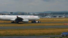 Remolque de Airbus A330-243 de China Eastern Airlines almacen de video