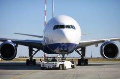 Remolque de Boeing 777-200 Imagen de archivo libre de regalías