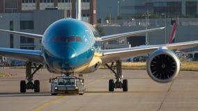 Remolque de Boeing 787 al servicio almacen de metraje de vídeo