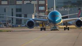 Remolque de Boeing 787 al servicio almacen de video