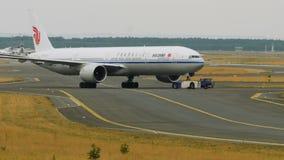 Remolque de Boeing 777 de las líneas aéreas de Air China metrajes