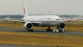 Remolque de Boeing 777 de las líneas aéreas de Air China almacen de video