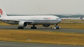 Remolque de Boeing 777 de las líneas aéreas de Air China almacen de metraje de vídeo
