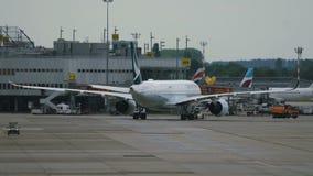 Remolque de Cathay Pacific Boeing antes de la salida metrajes