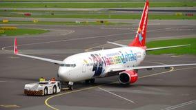 Remolque de Corendon Dutch Airlines Boeing 737 metrajes