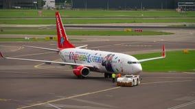 Remolque de Corendon Dutch Airlines Boeing 737 almacen de video