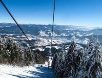 Remolque de esquí en montañas del invierno Imagen de archivo