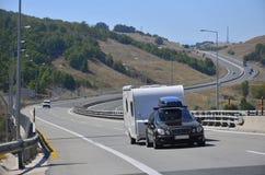 Remolque de la autocaravana de la caravana o del vehículo recreativo en un camino de la carretera en Grecia imagen de archivo libre de regalías
