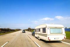 Remolque de la autocaravana de la caravana o del vehículo recreativo en una autopista sin peaje imágenes de archivo libres de regalías