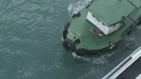 Remolque de la nave del puerto almacen de metraje de vídeo