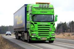 Remolque de Scania R500 del verde lima semi en el camino Fotos de archivo libres de regalías