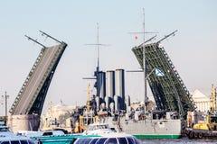 Remolque de una aurora histotical del crucero a un lugar de la reparación en el muelle, St Petersburg, Rusia Imágenes de archivo libres de regalías