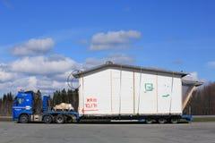 Remolque de Volvo FH semi y módulo de la casa como carga de gran tamaño Imágenes de archivo libres de regalías