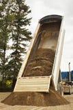 Remolque del camión que descarga la grava Fotografía de archivo libre de regalías
