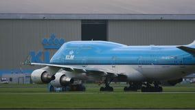 Remolque el tractor que empuja Boeing 747 de las líneas aéreas de KLM almacen de video