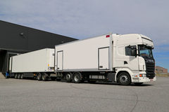 Remolque lleno blanco de Scania R560 que descarga en Warehouse Fotos de archivo
