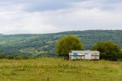 Remolque móvil del colmenar en prado Vista de la naturaleza de la república de Adygea, Rusia Foto de archivo libre de regalías