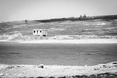 Remolque o caravana abandonado en una cama de lago secado, Bulgaria Foto de archivo