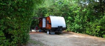 Remolque que acampa en un camping foto de archivo