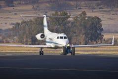 Remolque y estacionamiento del aeroplano Foto de archivo libre de regalías