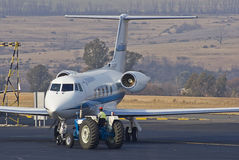Remolque y estacionamiento del aeroplano imagen de archivo libre de regalías