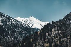 Remonte de Almaty, Kazajistán, cabina del teleférico en Medeo a la ruta de Shymbulak contra fondo de la montaña Fotografía de archivo