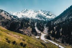 Remonte de Almaty, Kazajistán, cabina del teleférico en Medeo a la ruta de Shymbulak contra fondo de la montaña Imágenes de archivo libres de regalías
