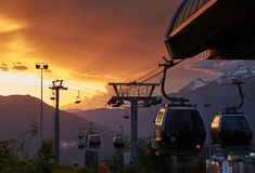 Remonte, ferrocarril aéreo en la puesta del sol, las cuestas de la estación de esquí Rosa Khutor Imágenes de archivo libres de regalías