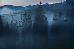 Remonte-pente contre des montagnes Image libre de droits