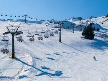 Remonte-pente et pentes dans la station de vacances alpine d'hiver Photos libres de droits